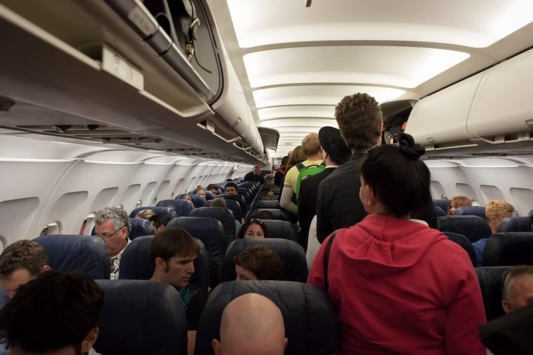 人が大勢いる飛行機内のイメージ画